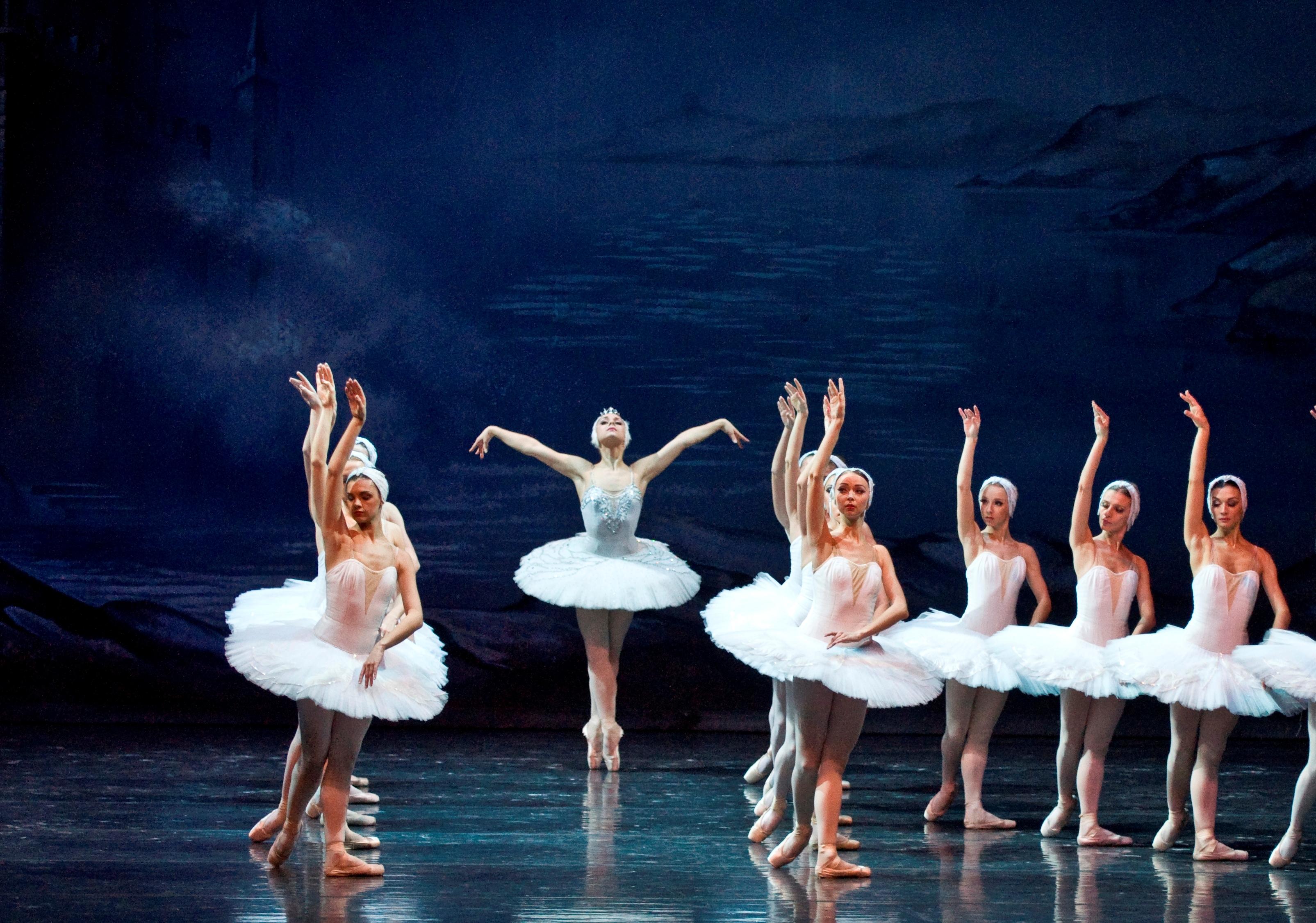 Ekaterina Bortiakova in Moscow Ballet's Swan lake